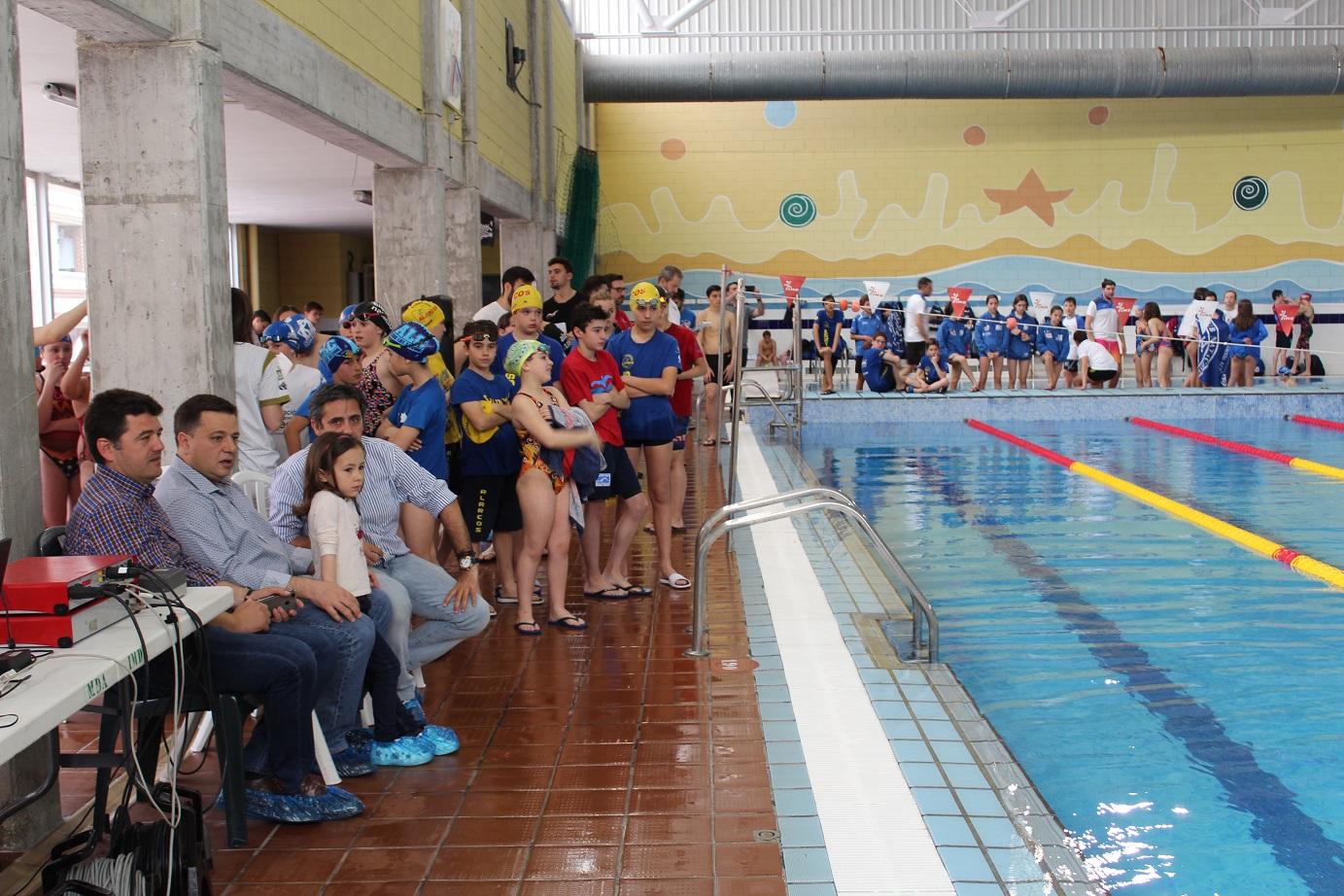 El alcalde de albacete acompa a a los nadadores en la for Piscina juan de toledo