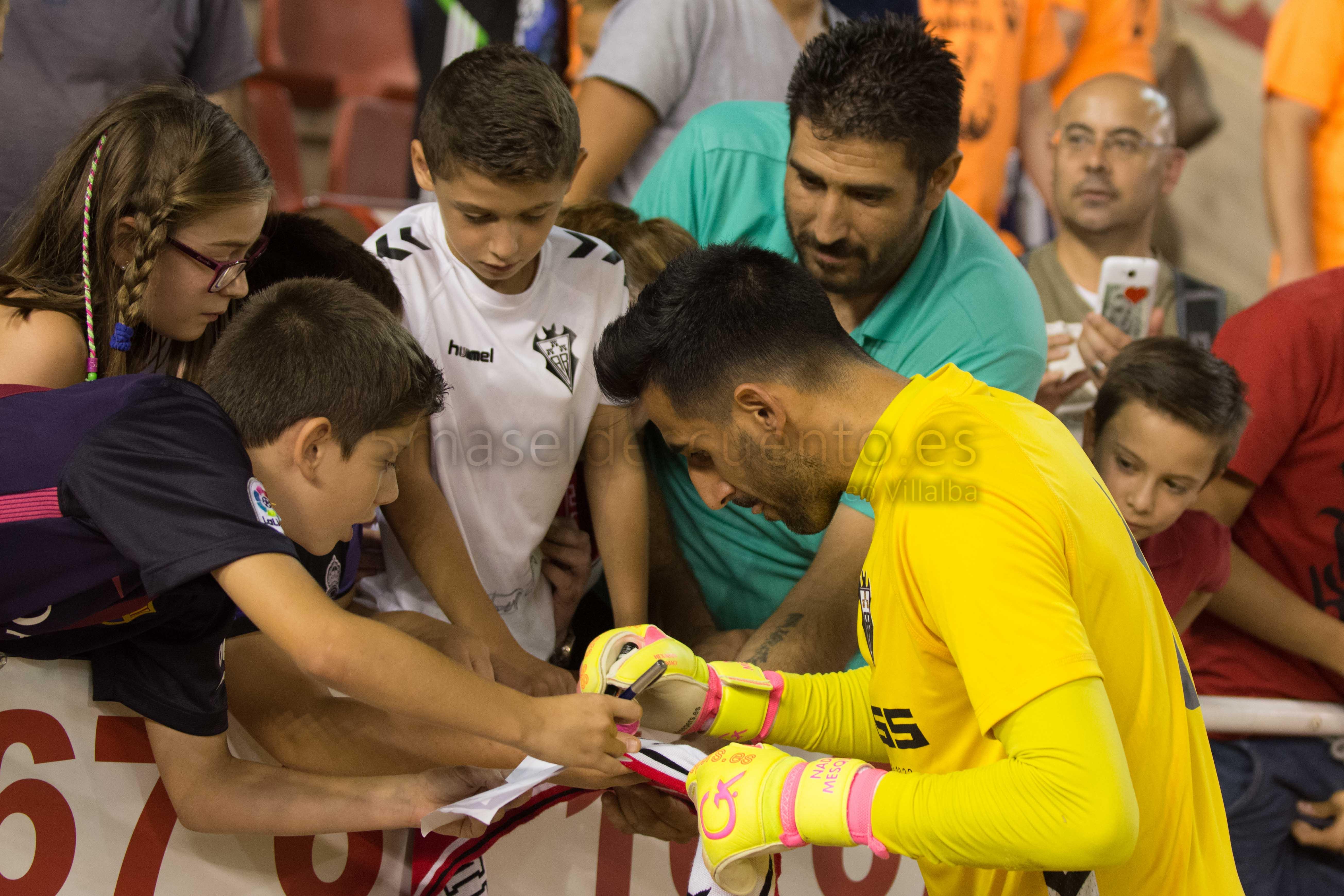 Tomeu Nadal firma autógrafos al concluir el partido contra el Bilbao Athlétic
